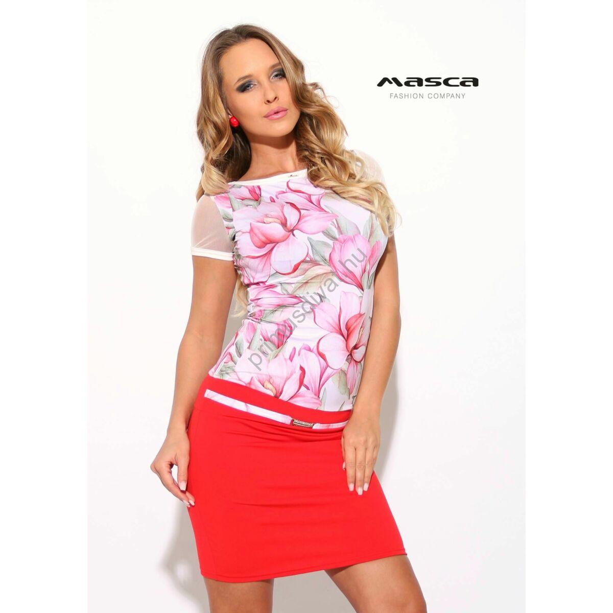 Masca Fashion csónaknyakú, rövid muszlin ujjú virágmintás miniruha, piros szoknyarésszel, ékszerkapcsos övpánttal