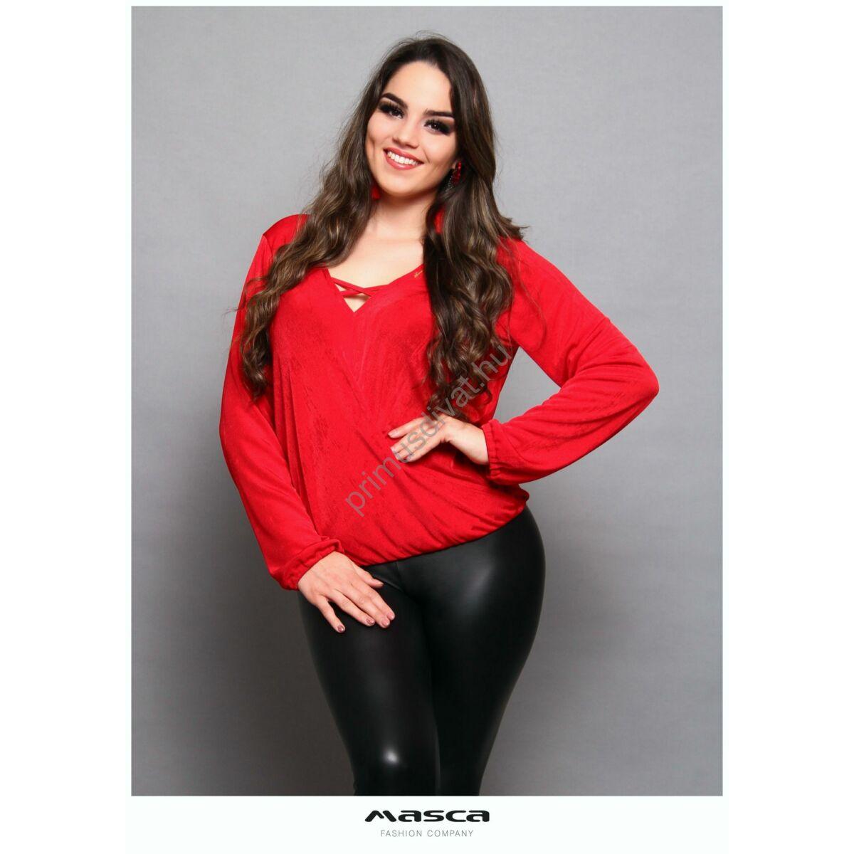 Masca Fashion pánttal összefogott V-nyakú, átlapolt hatású lezser hosszú ujjú piros felső, alján gumis behúzással, rugalmas, fényes felületű hurkolt anyagból