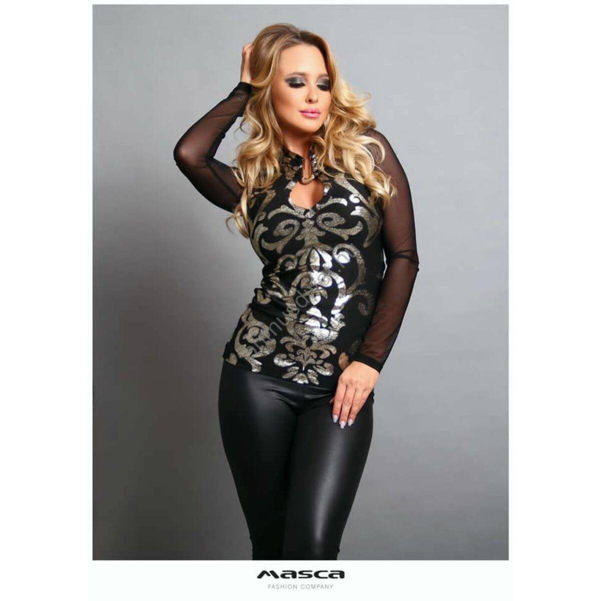 Masca Fashion kapoccsal összefogott állónyakú, kivágott dekoltázsú hosszú muszlin ujjú fekete alkalmi felső, elején nyomott világos arany mintával