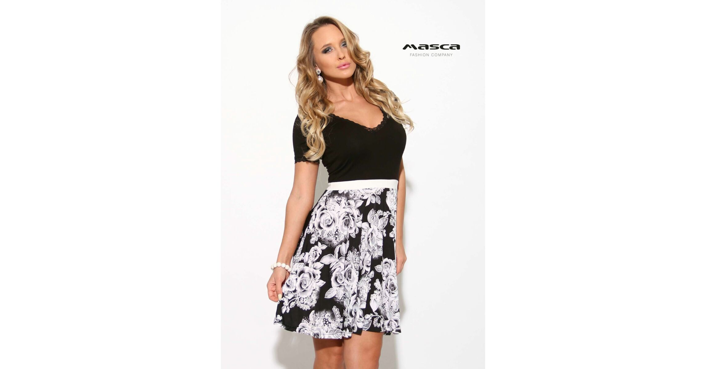94e4dbb6e7b1 Masca Fashion fehér rózsamintás loknis szoknyarészű rövid ujjú fekete  alkalmi ruha