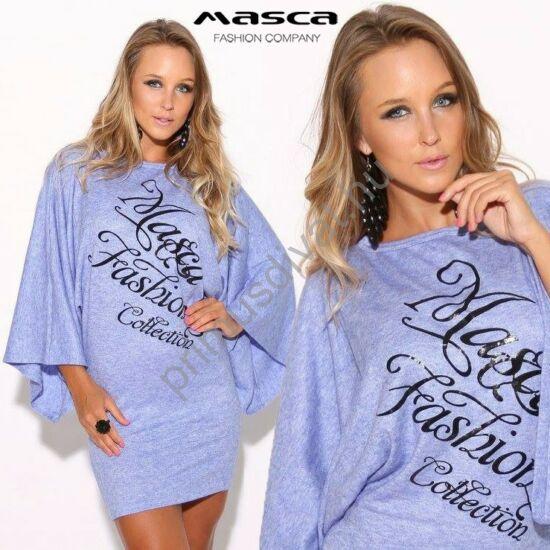 Masca Fashion puha vékony kék kötött anyagú, bő ujjú miniruha, elején nyomott fekete márkafelirattal