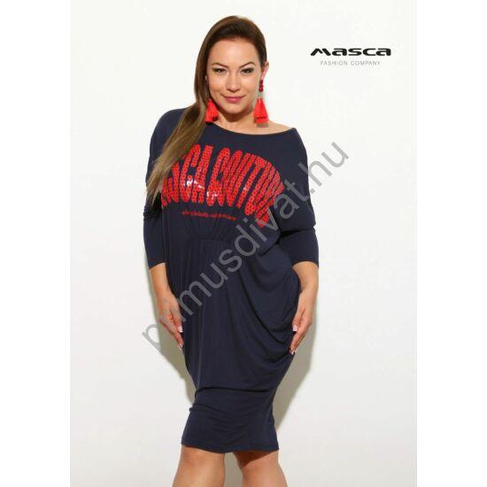 Masca Fashion denevérujjú, elején gumiszalaggal ráncolt bő szabású lezser sötétkék miniruha, piros pöttyös márkafelirattal