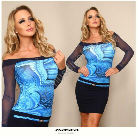 Masca Fashion vállra szabott csónaknyakú, mintás felsőrészű, hosszú muszlin ujjú kék miniruha, elején ékszerkapcsos övpánttal