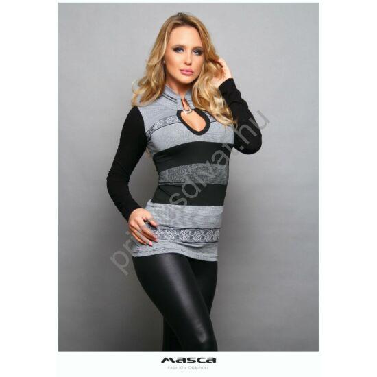 Masca Fashion ezüst színű kapoccsal összefogott állónyakú, kivágott dekoltázsú szürke-fekete csíkos szűk hosszú ujjú felső, hópehely mintával
